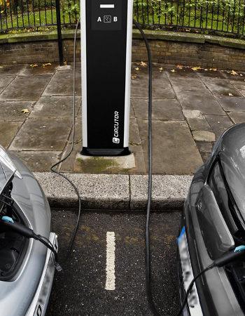 instaladores puntos de recarga de vehículos eléctricos en la vía publica